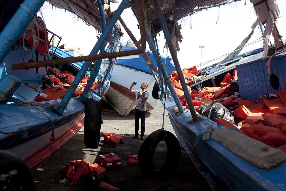 Bei der Recherche inmitten von Flüchtlingsbooten. Foto: Mauro D'Agati