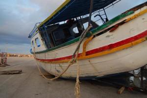 Auf solchen Booten fahren jedes Jahr Tausende über das Meer. Dieses marode Schiff transportierte fast 300 Migranten aus Nordafrika. (c) Sandro Mattioli