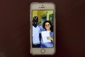 Virginia Giugno zeigt Bilder von sich und Flüchtlingen. (c) Mauro D'Agati